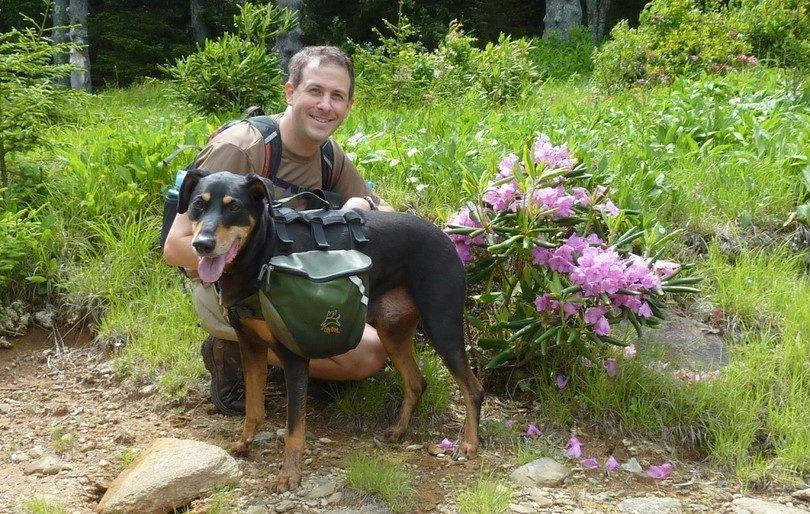 Hombre y perro con mochila
