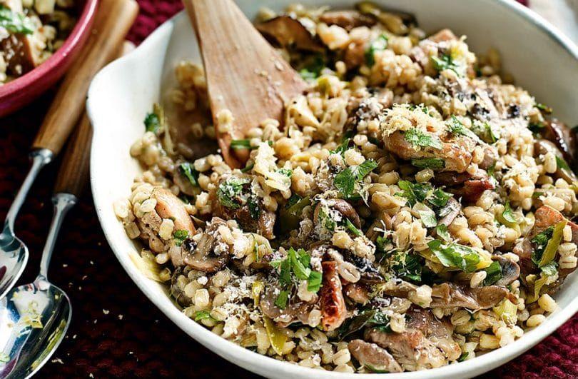 La carne cruda con la perla cebada, arroz y frijoles