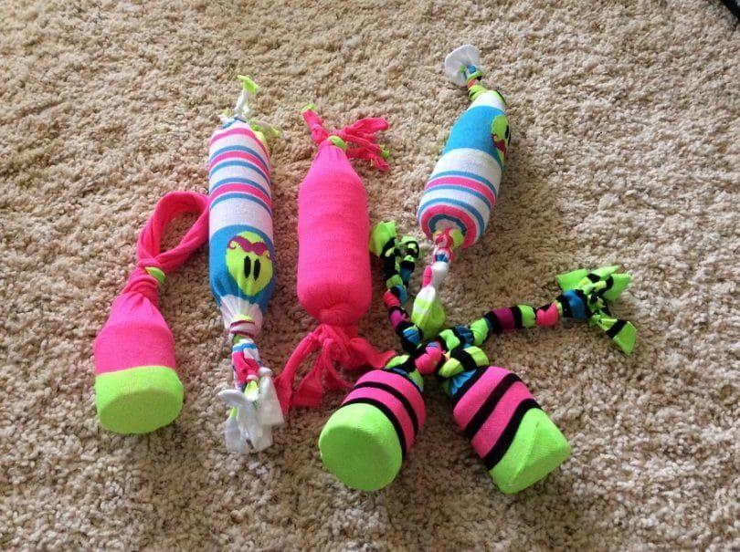 Juguete para perros con una botella de plástico y un calcetín