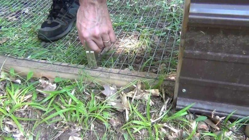 La construcción de una valla de perro de pluma
