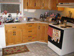 Una cocina sucia que ilustra la importancia de cachorro a prueba de la habitación