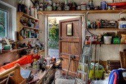 Cachorro a prueba en el garaje es importante, puesto de manifiesto por este garaje desordenado