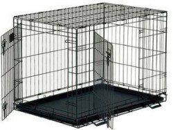 Una caja vacía de alambre perro con puertas frontales y laterales abiertos