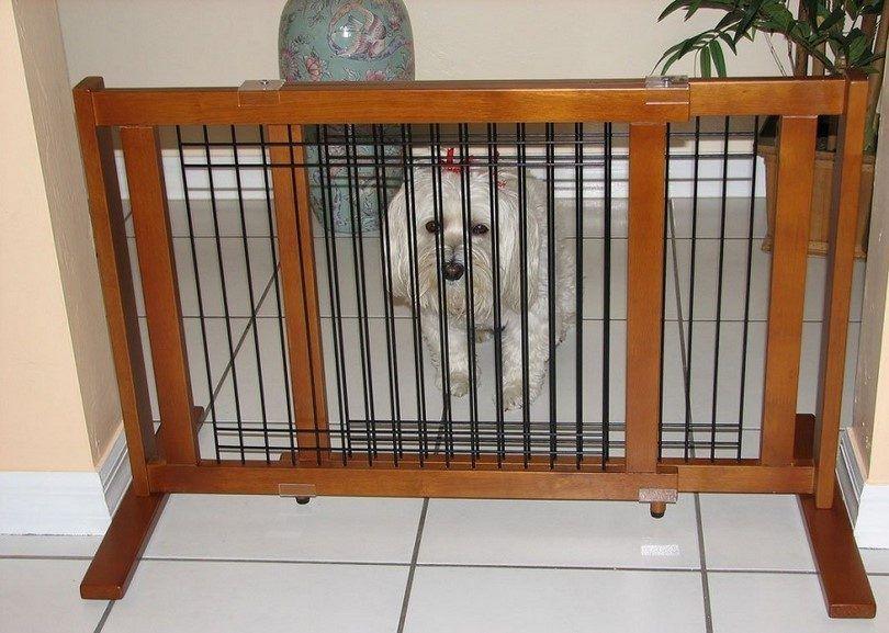 De pie puerta de madera perro con barras de metal