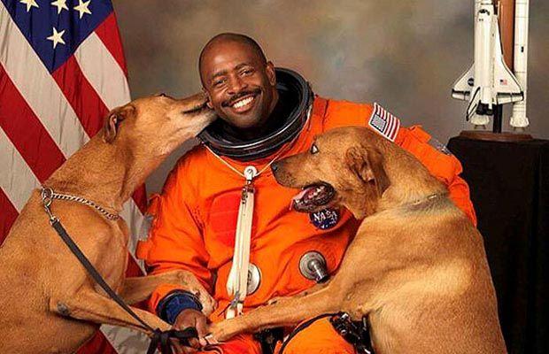 astronauta de la NASA`s Official Photo With 2 Dogs
