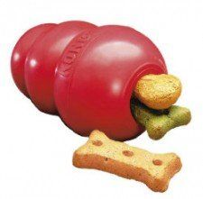 juguete Kong llenas de obsequios a kep cachorro ocupado en un cajón
