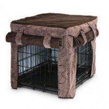 Una cubierta de caja de perro marrón con rodado encima de las cortinas de Snoozer
